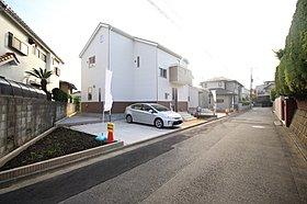 閑静な住宅街に立地。前面道路は開放感溢れる5m幅!