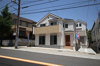 小田急線「鶴川」駅 徒歩10分♪穏やかな雰囲気漂う住宅街に立地、全2棟 新築分譲住宅のご紹介です!敷地面積111m2超、ゆとりの住空間に、カースペース2台分(車種によります)を確保いたしました♪