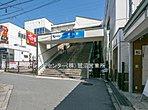 小田急電鉄小田原線「生田」駅まで徒歩22分。小田急小田原線「生田」駅から、新宿駅までは乗換なしで約30分。利便性にすぐれながらも、緑多い環境が両立した街です。スーパーも駅前にございます。