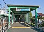 小田急電鉄小田原線「鶴川」駅付近にはスーパーや小田急マルシェ鶴川などの商業施設があり、日々の生活に必要な食料品や雑貨等が揃います。 また鶴見川が流れ、気軽に自然を感じることができます。