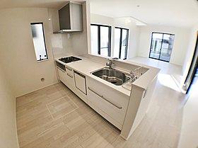 【9号棟キッチン】 人工大理石使用の大型オープンキッチン