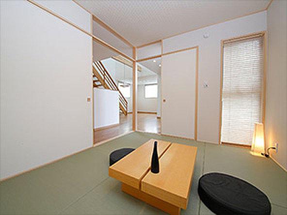 【【良野モデルハウス】】キッチンに隣接する和室は趣味のスペースとして、またお子様の遊び場所としても便利です。モダンなインテリアでおしゃれな和室です。