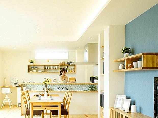 【【木村モデルハウス】】リビングは重厚感のあるレンガ張りの壁やポイントの照明器具で、落ち着いた空間をつくりました。ステップに腰かけて、家族のだんらんスペースとしても利用できます。