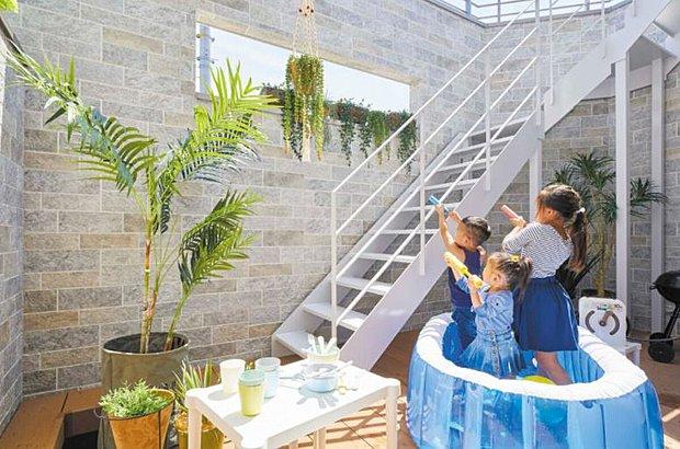 【【良野モデルハウス】】夏場冬場の陽の差し込み方や室内の風の流れを確認しながら設計するパッシブデザインにより、電気設備に頼らずに太陽や自然の風を最大限利用した家計にも体にも優しい家を実現しています。