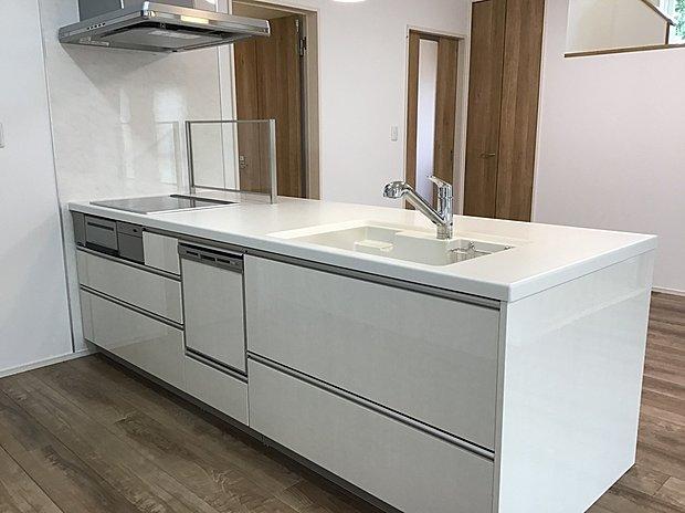 【キッチン】大人気のペニンシュラキッチンに食洗機を装備!IHクッキングヒーターで多彩な料理を手軽においしく!