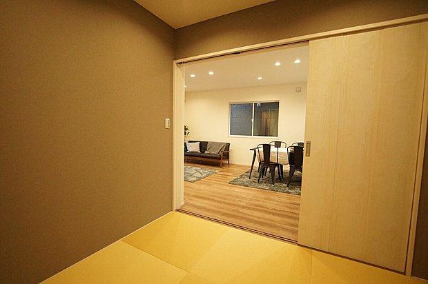 【4号棟和室】■家の雰囲気を損なわせないモダンなタタミを採用 ■2名のお泊りにも充分にゆとりがあります ■お子様のお昼寝や在宅ワークスペースにも。