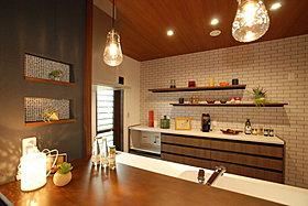 キッチンはニッチ棚やウォールシェルフでおしゃれな空間に