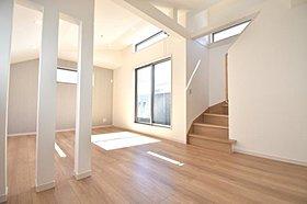 ゆったりとした空間を演出する勾配天井のリビング。