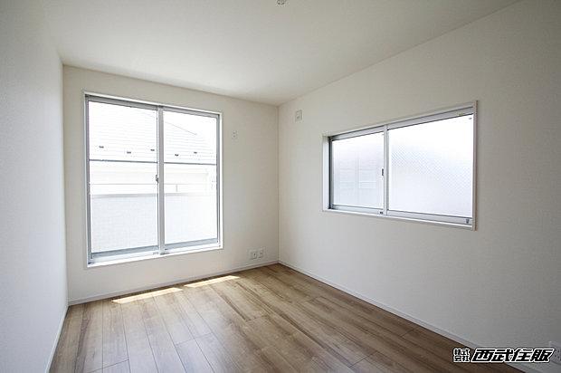 【洋室】2面採光のお部屋は陽射しがたっぷり入るので気持ちがいいですよ。