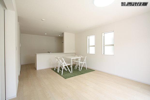【【16.5帖のLDK】】何色の家具を置いても馴染みそうな床のお色が素敵ですね!