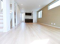スケルトン階段を採用し、室内に光を取り入れた明るい空間です。