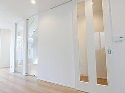 ガラス引き戸を採用しており室内に明るさを取り入れる工夫がされております。