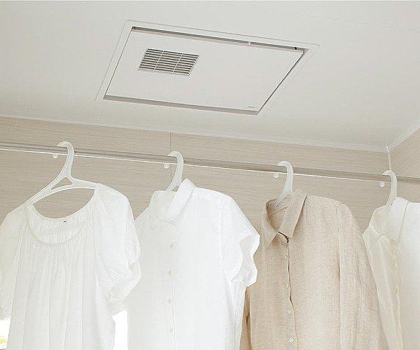 【【TOTO】浴室換気乾燥暖房機】雨の日も気にせず洗濯物が浴室内に干せる浴室換気乾燥暖房機を標準装備。時間も天気も気にせず干せるからとても便利。また、浴室のジメジメした環境から発生するカビも抑えることができます。