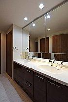 2ボウル式ワイドカウンターの洗面化粧台。