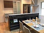 キッチンには背面収納あり。カップボードやパントリーも設置しています。