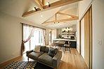18号地分譲モデルハウス/天井が高く、広々とした開放的な空間。効果的に配置したダウンライトが、優雅でリラックスした空間を演出します。