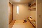 18号地分譲モデルハウス/段差ありの畳コーナー。キッチンのすぐとなりで子どものお昼寝も家事をしながら見ることができます。書斎としても活用でき、ワークスペースにも最適♪