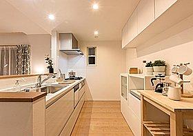 キッチンスペースも明るく換気もできる窓も付いております。