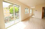 2号棟 リビング:ご家族だんらんのスペースとなるリビング。家具の配置がしやすい広さを確保しつつ、窓が多い設計は色々な角度から光が取り込めるこだわりの間取りです。明るいリビングで寛ぐ新しい生活をスタート