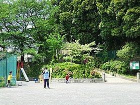 栗田谷公園まで100m 緑が多い栗田谷公園、遊具もあるのでお