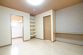 施工事例:ワークペースもある収納充実の主寝室