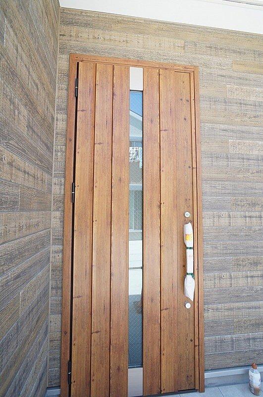【玄関耐熱ドア(同仕様施工例)】暖気、換気の侵入を抑えてくれます。
