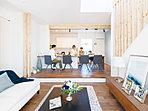 【PLAN:ビストロ】段差を設けることでキッチンとダイニングの目線の高さを揃え空間に特別感を持たせたプラン。(G-1号棟モデルハウス)