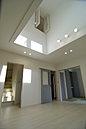 H号棟 内観 暖かな色調に光が差し優しい雰囲気を醸し出します