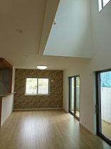 (68号棟)2階より吹抜け部。丸い窓が特徴的。