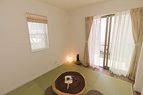 琉球畳のモダンな和室。建具により独立したスペースにも出来ます