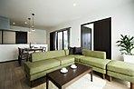 室内は、ブラウンで統一されモダンな印象。家具+カーテン+エアコン+照明付きです!