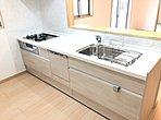 【春日部市梅田3丁目 キッチン】キッチンには食洗機が採用されているので、後片付けもスムーズ!忙しいママに嬉しいアイテムです!