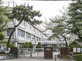 世田谷区立松丘小学校・・距離約700m(徒歩9分)