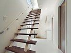 (当社施工例)ストリップ階段は圧迫感を感じさず、空間に広がりをもたせてくれます。