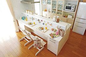 「キッズデザイン賞受賞」のキッチンは収納豊富な多機能キッチン