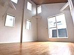 LDK(B号棟) 訪れる人に住空間の大きさを印象付ける開放的な吹き抜け。暮らしにゆとりと安らぎを与えてくれます