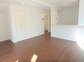 各居室には収納がついていて、LDKには床暖房もございます。