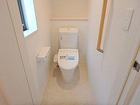 各号棟2つあるトイレはウォシュレット付きで清潔で快適ですね!