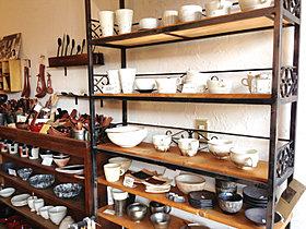 ■陶芸品や美術品などを眺めながらお茶を楽しむカフェ&アトリエ