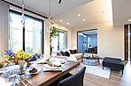 ゆったりLDKは家族との憩いの空間を実現。天井高最大2.8mで縦にも広い設計です。(同仕様モデルサロン)