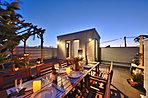 大パノラマが広がる屋上庭園。家族だけのとっておきの空間や、週末は友人を招いてパーティなどなど…。使い方はいろいろ!※当社施工例