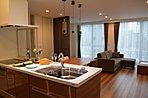 キッチンに立つと、LDK全体が見渡せて、家事をしながらも家族とコミュニケーションがとりやすい設計です。