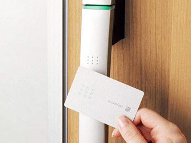【【玄関カードキー】 】施錠も開錠もラクラク。それでいて防犯上もレベルアップ!
