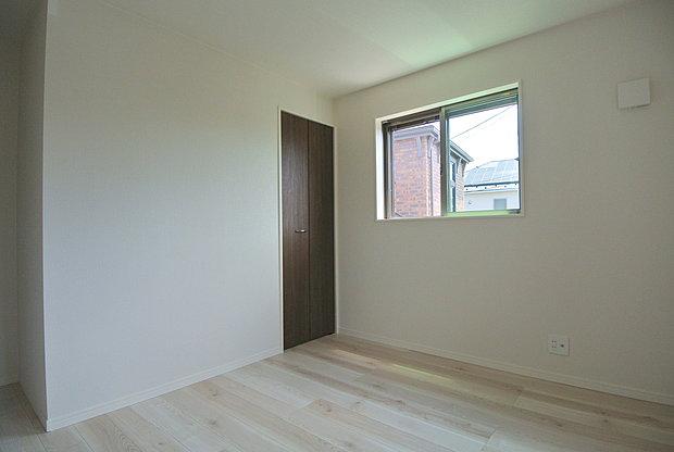 【居室】全居室、窓と収納がついているプライベートルーム。外からの光が入ることで日中は照明いらず。窓を開ければ爽やかな風が住まいを通り抜けます。