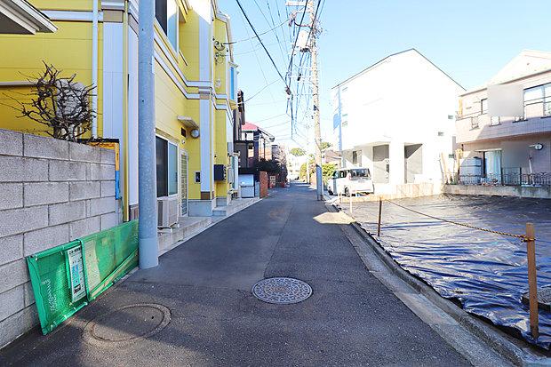 前面道路は閑静な住宅地をはしる車通りの少ない道路。しっかり舗装もされているので、ベビーカーや自転車で通っても快適に通行できます。