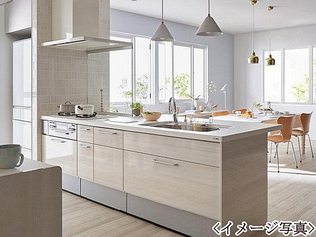 【カウンターキッチン】リビングで遊ぶお子様を見守りながらお料理ができる対面キッチンを採用しました。