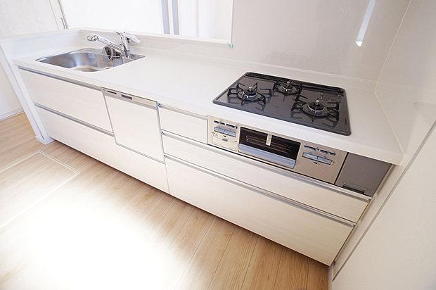 【食器洗浄機】食洗機つきのシステムキッチン。節水・省エネで手洗いよりきれいにあらえて、嬉しいゆとり時間。しっかり除菌もできて清潔です。