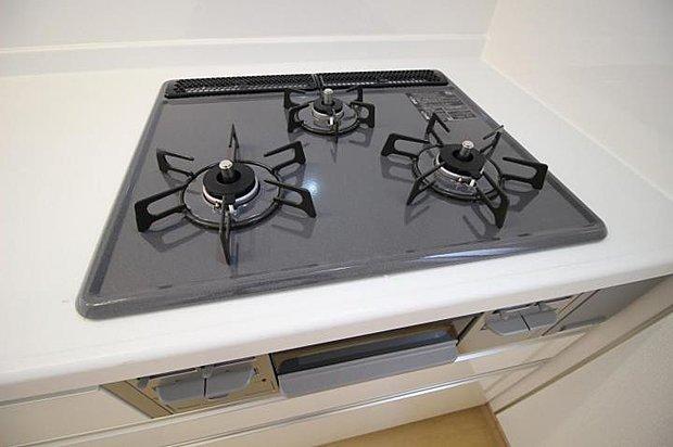 【キッチン】三口用のガスコンロなので料理の作り置きも可能です♪♪