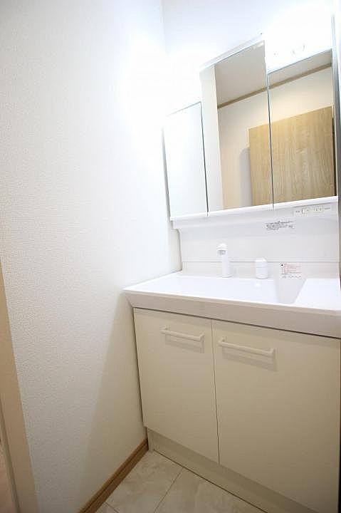 【洗面室】収納スペースも兼ね備えている洗面化粧台。化粧品や整髪料等もたくさん収納出来ます!