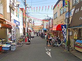 地元のお店が並ぶ、活気あふれる京町商店街。